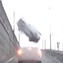 고가 차로에서 추락하는 트럭