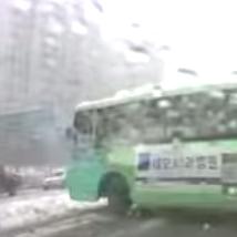 눈길, 무리하게 좌회전 하는 버스