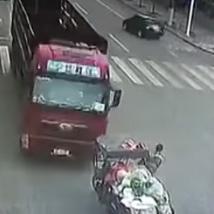 중국 덤프트럭을 피해 탈출