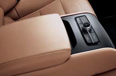 뒷좌석 고급형 암레스트(스키쓰루, 오디오 컨트롤)이미지